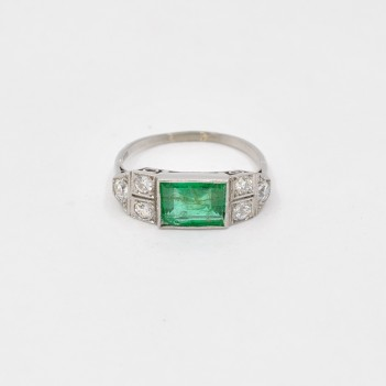 18K GOLD RING, EMERALD AND...